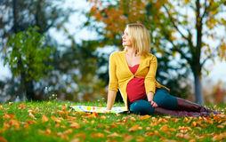 donna-incinta-che-gode-del-parco-di-autunno-37545635